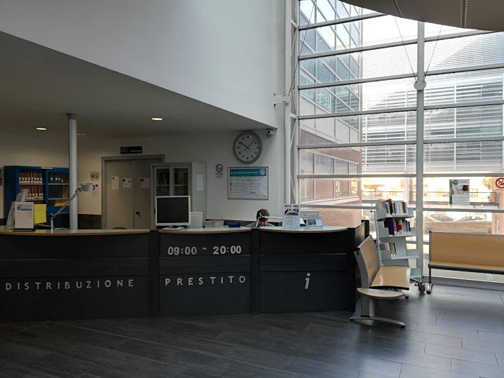 Foto dell'area accoglienza della Biblioteca di area giuridica