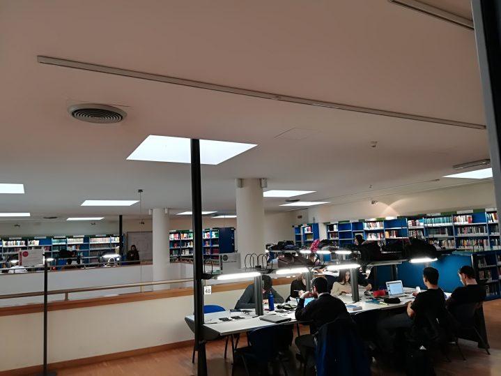 Interno della sala lettura della Biblioteca di area giuridica